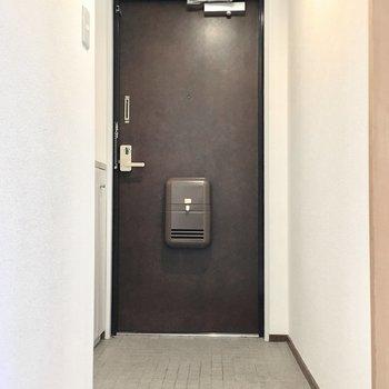 玄関もシンプルに。(※写真は1階の同間取り別部屋のものです)