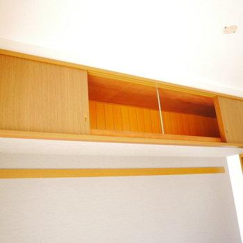 ベランダ側には吊収納があります!※写真は6階の同間取り別部屋のものです