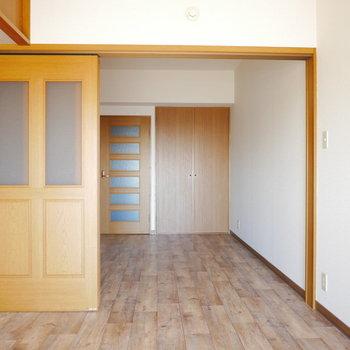 上吊りの引き戸なので床はすっきり※写真は6階の同間取り別部屋のものです