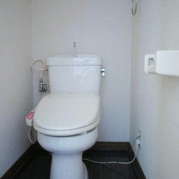 トイレはウォシュレット付き ※写真は6階の同間取り別部屋のものです