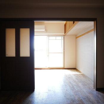 お部屋は南向き!真ん中のお部屋はおしゃれな照明で灯そう ※写真は6階の同間取り別部屋のものです