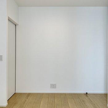 【洋室】好きな色の家具を置いても映えそう。