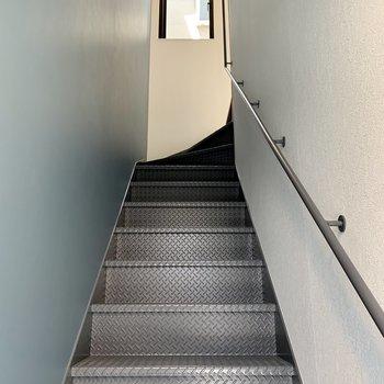 シックな階段とアクセントクロス。