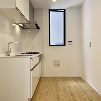 キッチンも広く、窓もあります。