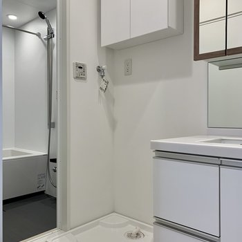 隣は棚つきの洗濯機置き場。