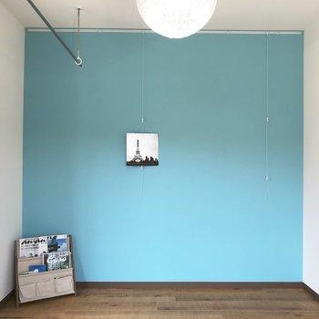 空色のアクセントクロスがいい。※写真の家具はサンプルになります