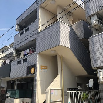 3階建ての小さめアパート。
