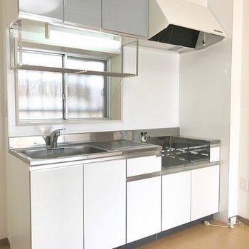 窓から光が差し込む明るいキッチンです※写真は前回募集時のものです