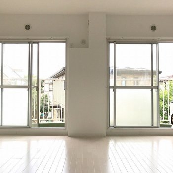 2つの大きな窓を備えたリビング※写真は前回募集時のものです