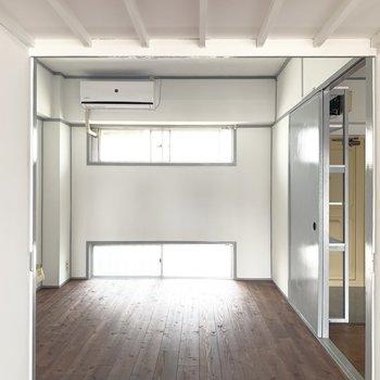 右側のお部屋はベッドと照明置いてシンプルな寝室に。(※写真のお部屋は改装工事中です)