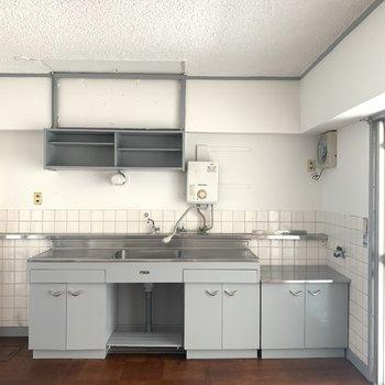 横に広いキッチン。左側には棚もあるので収納には困らないかな。(※写真のお部屋は改装工事中です)
