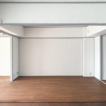 反対側のスペースにはテレビやソファを置いてくつろぎスペースに○(※写真のお部屋は改装工事中です)