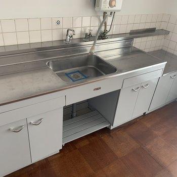 調理スペースも広いのでお料理も効率よくできそう。(※写真のお部屋は改装工事中です)