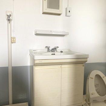 嬉しい独立洗面台。スクエアの鏡がいいね♪(※写真のお部屋は改装工事中です)