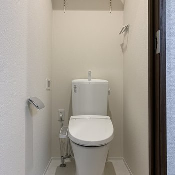 嬉しい、温水洗浄便座!上には収納棚もあります