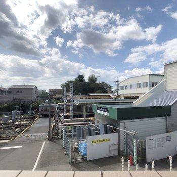 目の前に駅が見えます。