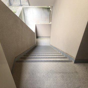 玄関を開けるとすぐに階段。