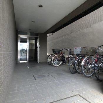 入り口右側が駐輪スペースです。