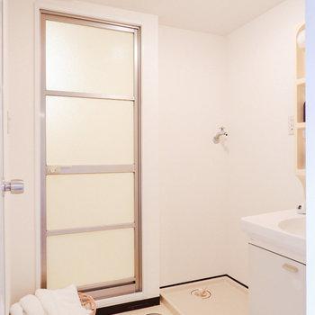 脱衣所も広めの造り。※写真は3階の同間取り別部屋のもの、家具はサンプルです