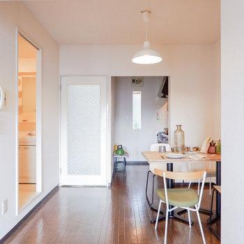 ダイニングはシンプルな形。※写真は3階の同間取り別部屋のもの、家具はサンプルです