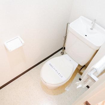 お隣でトイレが独立しています。※写真は3階の同間取り別部屋のもの、家具はサンプルです