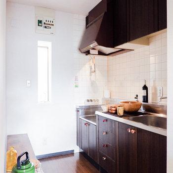 キッチンはスペースが独立。※写真は3階の同間取り別部屋のもの、家具はサンプルです