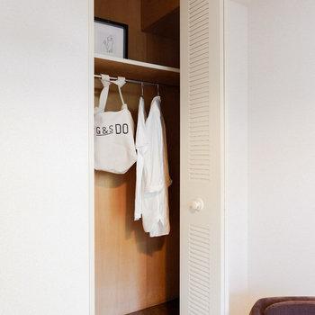〈洋室②〉お洋服などもかけられて便利。※写真は3階の同間取り別部屋のもの、家具はサンプルです