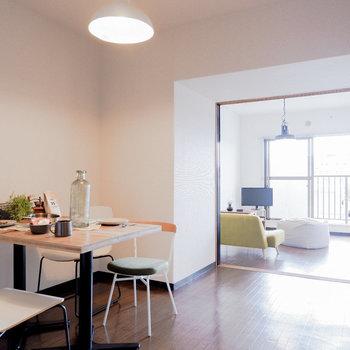 仕切りを開けると奥行きある空間に。※写真は3階の同間取り別部屋のもの、家具はサンプルです