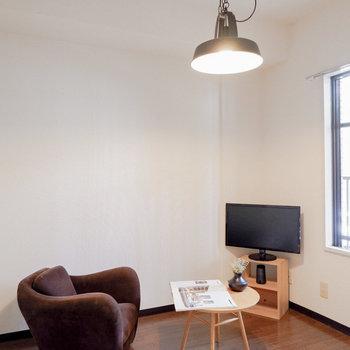 〈洋室②〉玄関横の部屋も明るいです。※写真は3階の同間取り別部屋のもの、家具はサンプルです