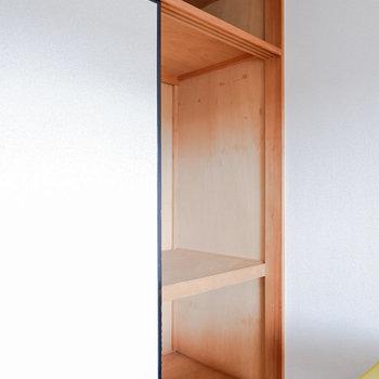 〈洋室①〉収納もありますよ。ここには掃除用具をしまうのが良いかと。※写真は3階の同間取り別部屋のもの、家具はサンプルです