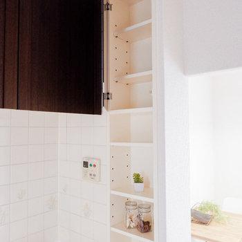 シンク横にも棚がありますよ。※写真は3階の同間取り別部屋のもの、家具はサンプルです