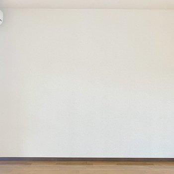 白い壁側にはベッドを置こうかなぁ