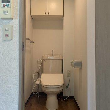 収納スペース付きの温水洗浄便座