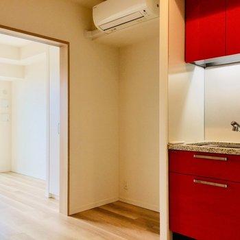 【DK】赤いキッチンがお出迎え。