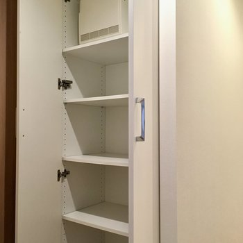 トイレの外乗廊下に収納棚。備品はここに入れてスッキリと。