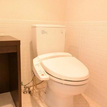 トイレと洗面台は同じ空間にあります