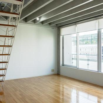 【下階】窓はブラインドで目隠し可能です。