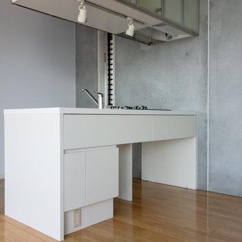 【上階】スタイリッシュなキッチン。