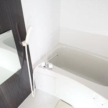 クロスがクールなお風呂♪※写真は3階の同間取り別部屋のものです