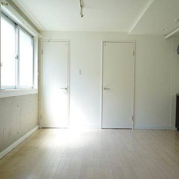 2面採光で明るさ◎※写真は3階の同間取り別部屋のものです