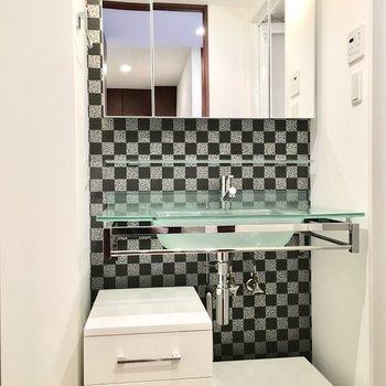 スタリッシュな洗面台はチェックがアクセントに。
