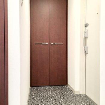 玄関は和モダンな空間。