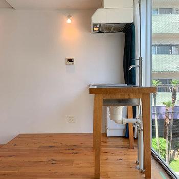 さて、こちらはキッチン前の空間。小上がりになっています。