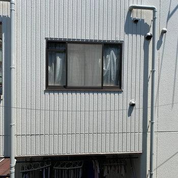 窓からの眺望は向かいのマンションです。