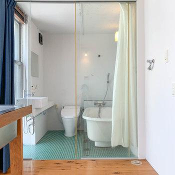 キッチンの反対側にはお風呂。洗濯機置き場はこの辺り。
