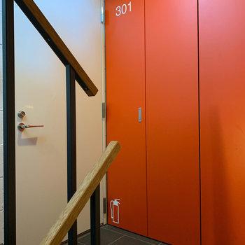 お部屋前の共用部です。部屋番号や消火器のアイコンがかわいい。