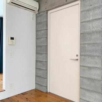 お部屋真ん中あたりの扉が玄関です。目の前にマット等を引いて、土足スペースを作りましょうか。