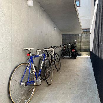敷地内、再奥部に駐輪スペースがあります。