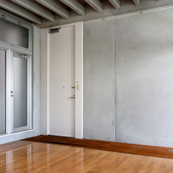 玄関周りはウッドデッキのようになっています。※写真は4階同間取り別部屋のものです