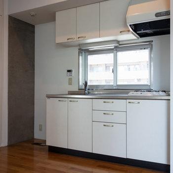 次にキッチンを。冷蔵庫はシンクの左手に。※写真は4階同間取り別部屋のものです